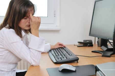 agotado: Joven mujer de negocios cansada con dolor de cabeza sesi�n de trabajo en equipo en la celebraci�n de la cabeza Foto de archivo
