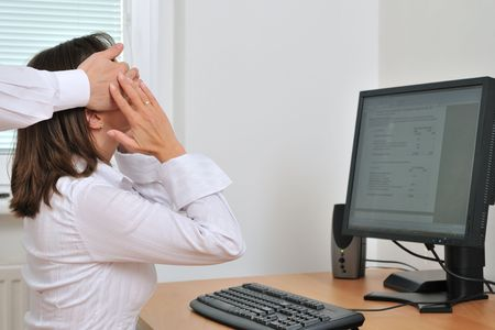 acoso laboral: El acoso sexual o compa�eros de trabajo los conceptos relaci�n - las manos del hombre, la mujer contacto de negocios en el lugar de trabajo