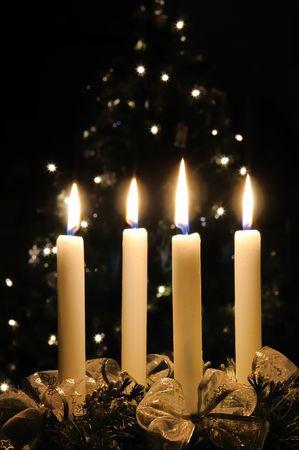 corona de adviento: Corona de adviento de Navidad con velas encendidas. Luces de x-�rbol de Navidad en el fondo