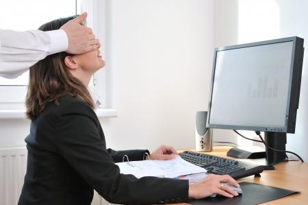 acoso laboral: Acoso sexual o conceptos de relaci�n de colegas - manos de hombre de negocios toquen de mujer en el lugar de trabajo
