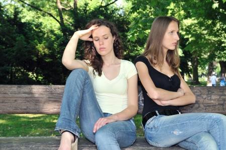 teenage problems: Serie de amigos al aire libre - dos adolescentes est�n enojadas debido al conflicto de ther