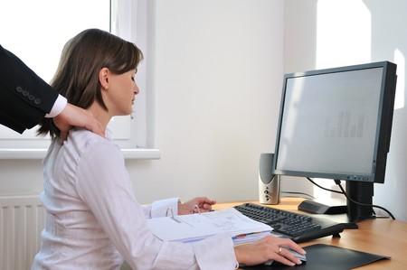 massaggio collo: Persona che lavora aziendali (donna) dietro computer che riceve il massaggio collo dal collega (solo mani visibili)