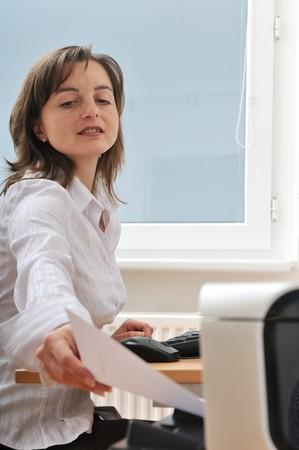 impresora: Persona de negocio llegando a mano y el papel de la toma de la impresora en el lugar de trabajo - detalle