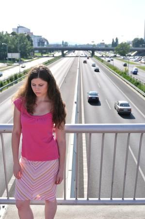 brige: Joven permanente sobre cnetro de carretera