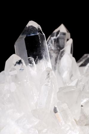 Kwarts kristallen op zwarte achtergrond Stockfoto
