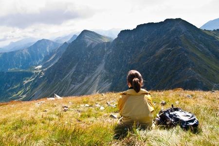 relaxes: Joven relaja sobre caminatas en las monta�as (oriental Tatras, Eslovaquia, de Europa central)