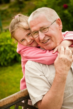 abuelo: Amor - abuelos con retrato de nieto Foto de archivo