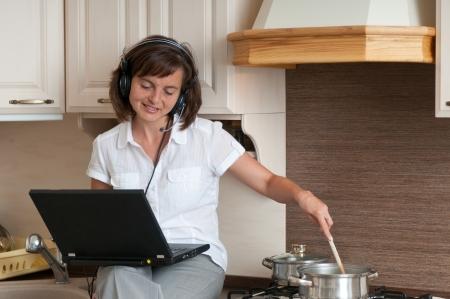 ama de casa: Concepto de movilidad - empresario tener trabajo teleconferencia desde casa mientras cocina