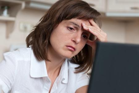 persona deprimida: De negocios deprimido y cansado persona en el trabajo Foto de archivo