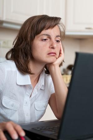 agotado: Negocio aburrido y cansado persona que trabaja en su casa