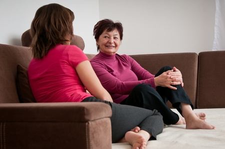 amigas conversando: Madre e hija juntos en casa Foto de archivo