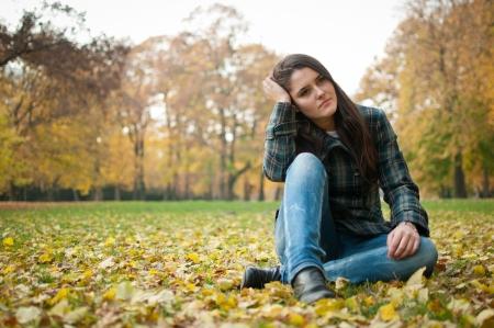 arbol de problemas: Mujer joven en la depresi�n al aire libre Foto de archivo
