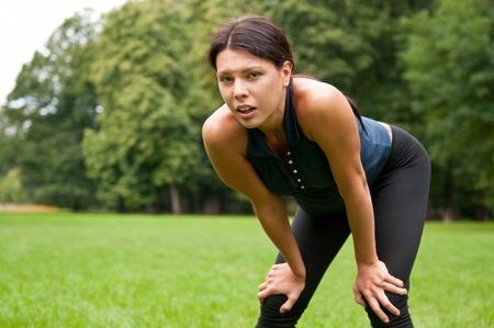 transpiration: D�tendez-vous - femme fatigu�e apr�s le sport Banque d'images