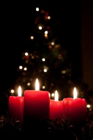 candle: Kerst komst krans met brandende kaarsen Stockfoto
