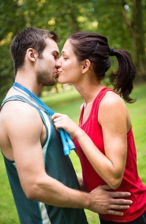 enamorados besandose: Joven pareja besándose deporte Foto de archivo
