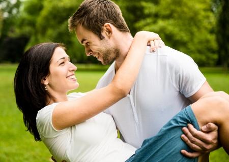 weitermachen: Junges Paar in Liebe zusammen Lizenzfreie Bilder