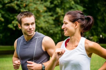 hacer footing: Formaci�n juntos - jogging joven pareja