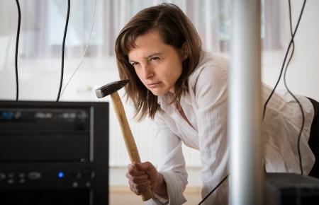 computer problems: Problemi con il computer - donna d'affari arrabbiato