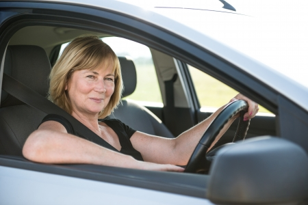 mujeres maduras: Retrato de la mujer mayor en coche