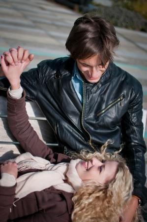 jovenes enamorados: Al aire libre Feliz pareja joven