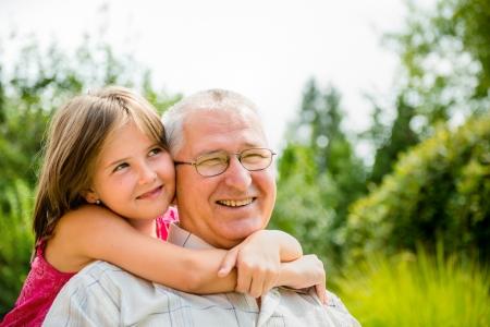 幸せな祖父と孫