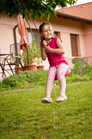 ragazze a piedi nudi: Bambino dondolare su altalena