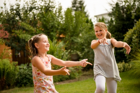 niños danzando: Feliz infantil - niños bailando