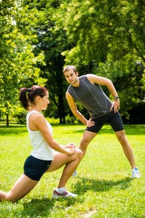 warm up: Warm up - coppia che esercitano prima di fare jogging