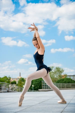 pointe: Ballet dancer dancing outdoor