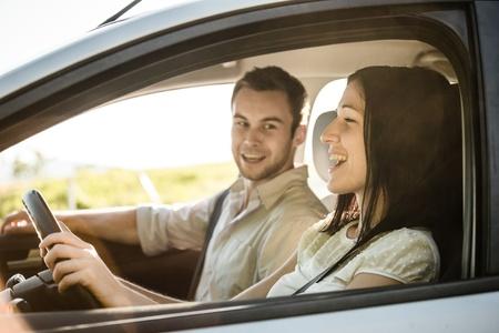 cantando: Feliz tiempo juntos - pareja en la canción del canto coche