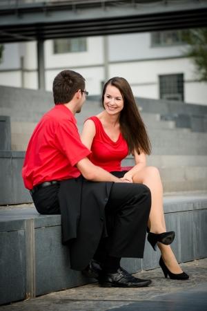 jovenes enamorados: Jóvenes empresarios hablando juntos fuera en el ambiente urbano después del trabajo