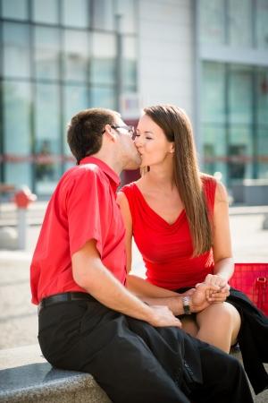 jovenes enamorados: Lifestyle foto de jóvenes besándose gente de negocios al aire libre en la calle
