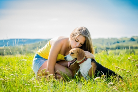 mujer con perro: Mujer joven besando a su perro - al aire libre en la naturaleza Foto de archivo