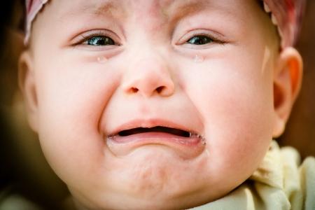 Huilende baby - pure authentieke emotie, tranen zichtbaar