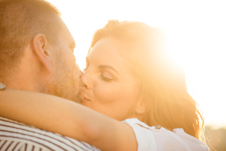 baiser amoureux: Couple amoureux - baiser Banque d'images