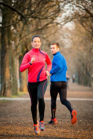hombre rojo: Jogging pareja en el parque Foto de archivo