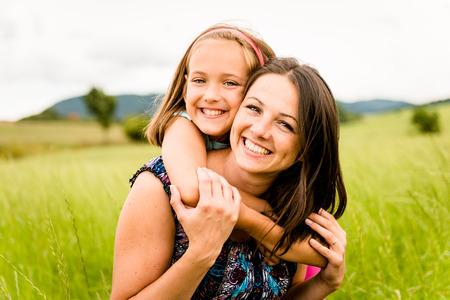 Mutter und Kind umarmt Standard-Bild - 31514063