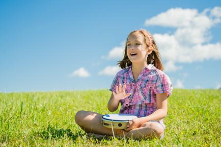 pandero: Chica tocando la pandereta Foto de archivo