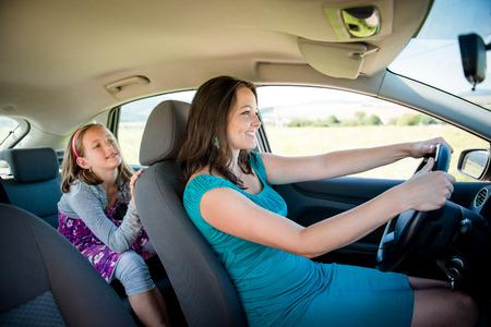 차에 어머니와 아이