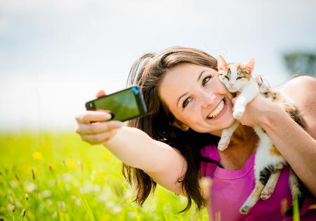Selfie vrouw en kat Stockfoto