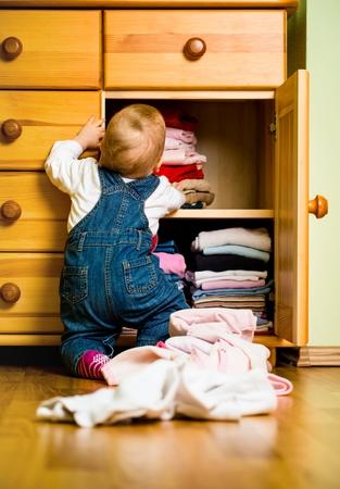 kinderen: Huishoudelijke taken - Baby gooit kleren