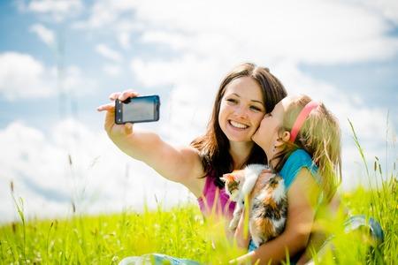 Selfie - 母と子と子猫