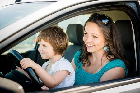 엄마와 아이 운전하는 차 스톡 콘텐츠