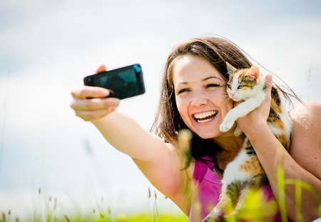 people together: Mujer Autofoto y gato