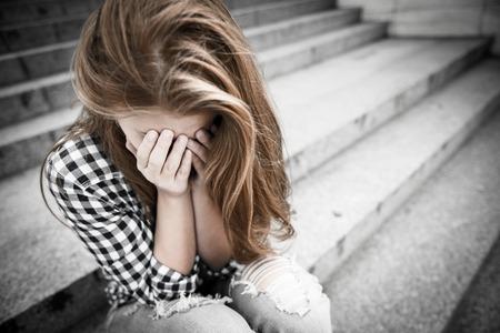 woman sad: Depresi�n en la adolescencia Foto de archivo