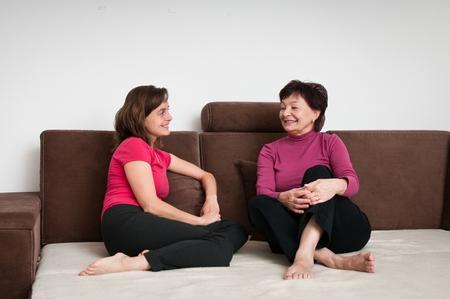 Madre e hija juntos en casa Foto de archivo - 35382217