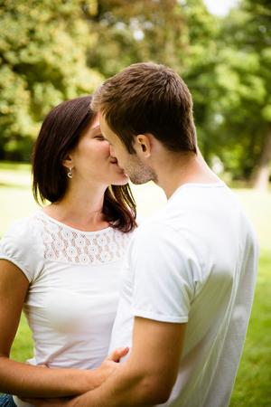 baiser amoureux: Jeune couple qui s'embrasse dans l'amour