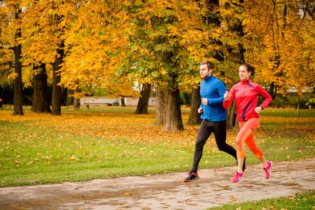 Paar joggen in het najaar de natuur Stockfoto