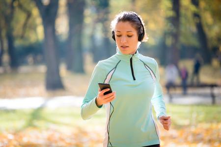 escucha activa: Mujer trotar y escuchar música