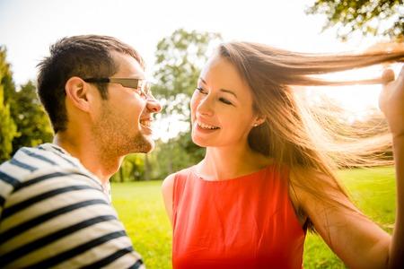 Het jonge paar dating in de natuur